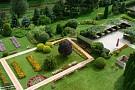 Upravená záhrada pri hoteli